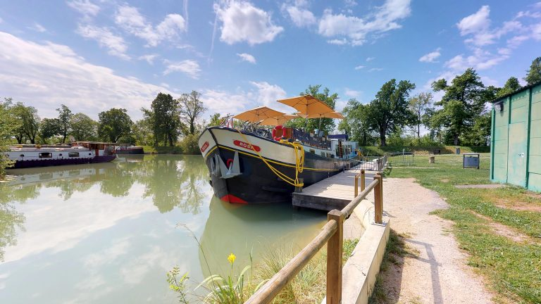 Barge-Rosa-Luxury-canal-cruises-in-France-Outside-Barge-Rosa(1)