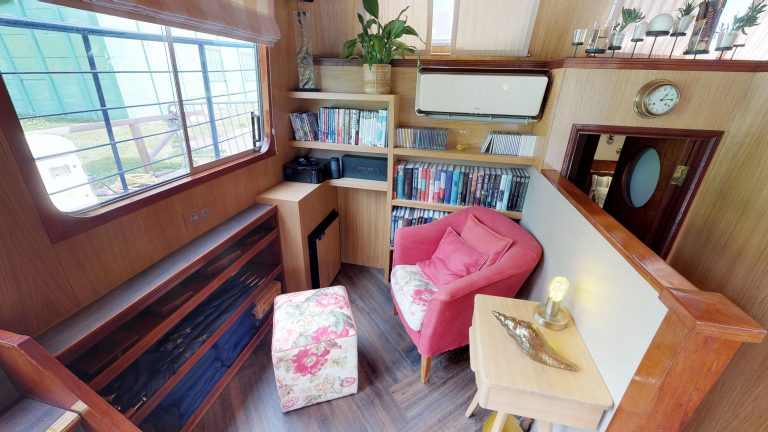 Barge-Rosa-Luxury-canal-cruises-in-France-Reading-room