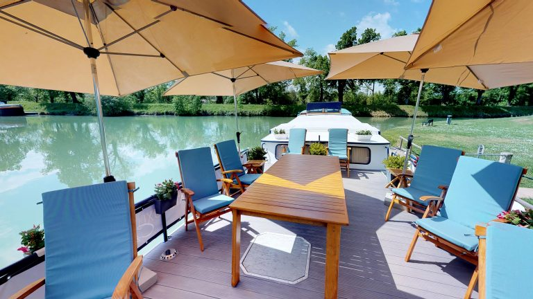 Barge-Rosa-Luxury-canal-cruises-in-France-Sun-deck-and-jacuzzi