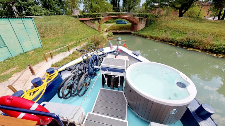 Barge-Rosa-Luxury-canal-cruises-in-France-Sun-deck-and-jacuzzi(2)