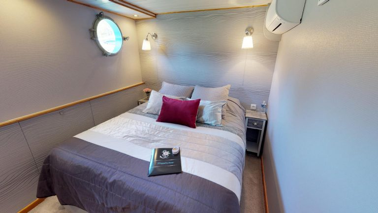 The-Hotel-Barge-Magnolia-Burgundy-Canal-Bedroom-A.jpg